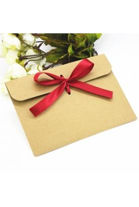 Enveloppe kraft avec ruban rouge